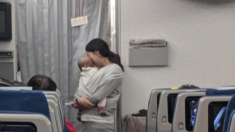 Sang ibu yang membagikan kejutan bagi seisi pesawat (Dave Corona/Facebook)