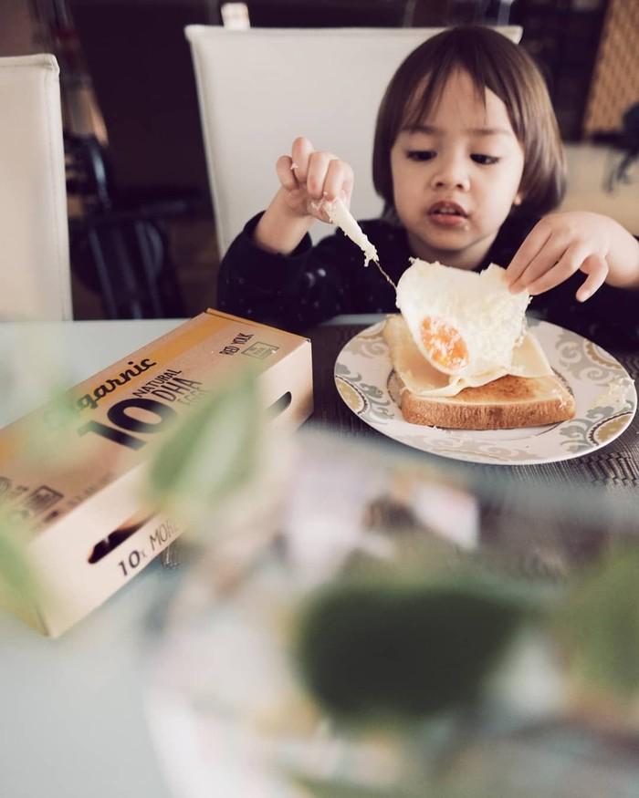 Bjorka sangat menyukai telur dan keju. Sabai pun membuatkan roti panggang dengan tambahan telur mata sapi dan serutan keju. Lihat tuh, Bjorka terlihat lahap menikmati makanannya. Foto: Instagram@sabaidieter