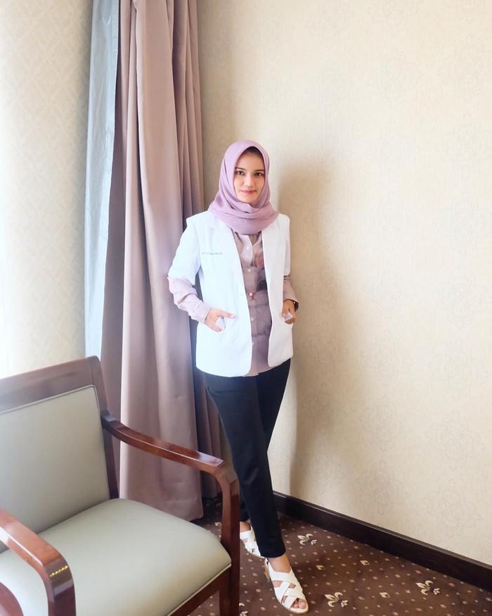 Lewat instagramnya @deqmoy, dokter ini kerap membagikan banyak momen. Lulusan Fakultas Kedokteran Universitas Abulyatama ini termasuk dokter yang suka hangout sambil kulineran. Foto: instagram @deqmoy