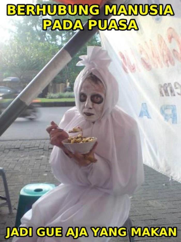 Loh kok pocong ikutan makan bubur. Kata si pocong, berhubung manusia pada puasa, dia aja deh yang makan. Foto: Istimewa