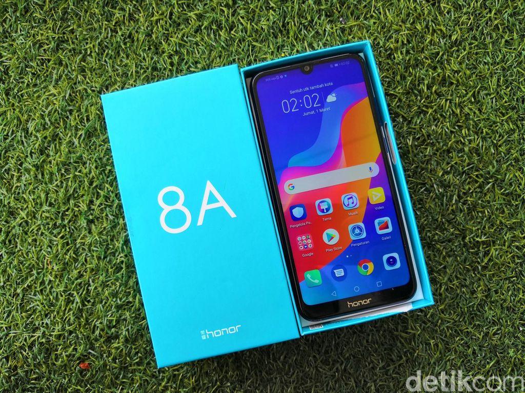 Ketika dibuka, akan terlihat handset Honor 8A di atasnya. Foto: fyk