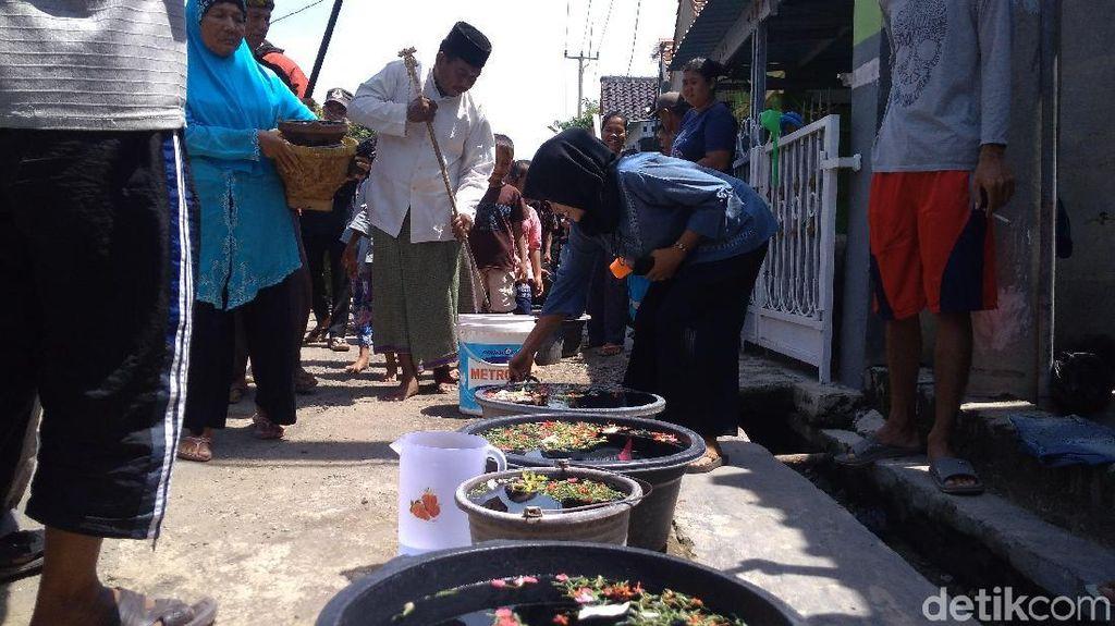 Foto: Masyarakat Cirebon Arak Tombak Jelang Panen