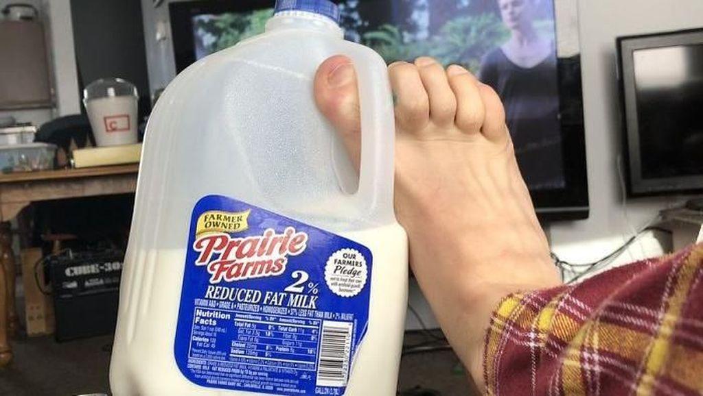 10 Foto Kocak Netizen Tunjukkan Cara Terburuk untuk Memegang Minuman