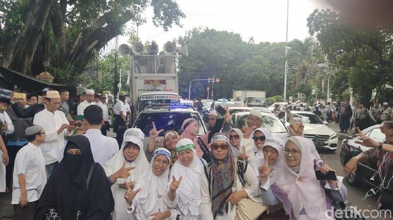 Foto: Pose 2 Jari Emak-emak Peserta Aksi FUI Menuju KPU