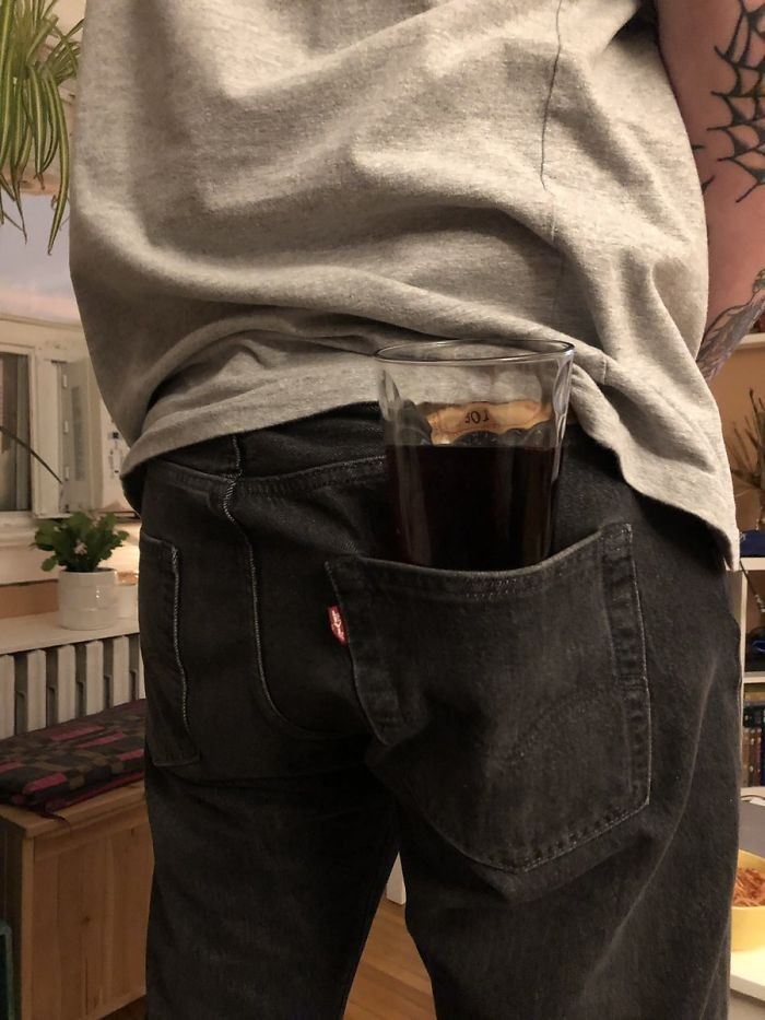 Agar tidak repot, cara menaruh gelas berisi minuman penuh di belakang saku celana memang terlihat praktis. Tapi jika sudah tumpah, pasti berantakan! Foto: Boredpanda