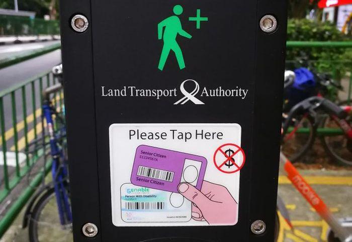 Di Singapura, manula bisa tempelkan kartu identitas di lampu lalu lintas supaya mereka bisa dapat lampu hijau lebih lama saat menyeberang jalan. Istimewa/Boredpanda.