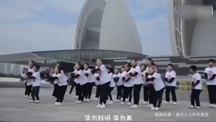 Video viral anak-anak menyanyikan lagu yang liriknya memuji-muji Huawei. (Foto: Dok. YouTube)
