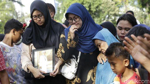 Komedian Nur Tompel Dikebumikan, Istri Terus Menangis Terisak