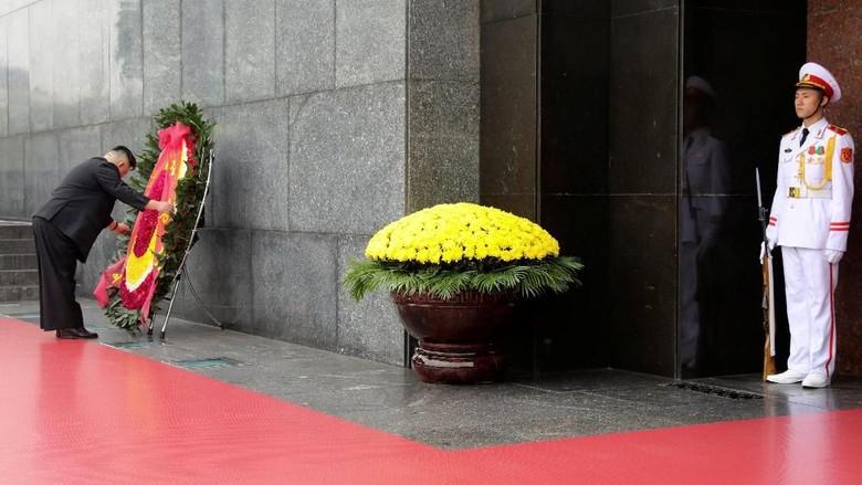 Kim Jong-Un Beri Penghormatan ke Ho Chi Minh Sebelum Pulang ke Korut
