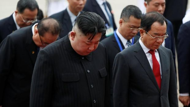 Kim Jong-Un menundukkan kepalanya saat mengunjungi tempat persemayaman mendiang Ho Chi Minh