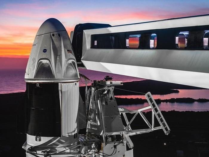 AS meluncurkan Roket Falcon 9 dan Kapsul Crew Dragon