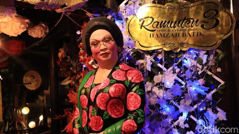 Raminten Cabaret Show merupakan teater kabaret Hamzah Batik di Jalan Margomulyo No 9. Hamzah Batik merupakan generasi kedua keluarga Grup Mirota (Randy/detikTravel)