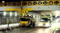 Aksi Petugas Bina Marga Percantik Underpass di Tanah Abang