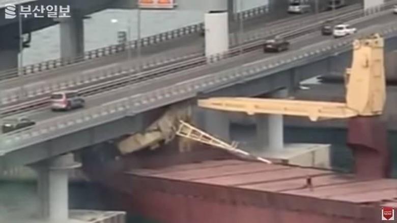 Kapten Diduga Mabuk, Kapal Kargo Rusia Tabrak Jembatan di Korsel