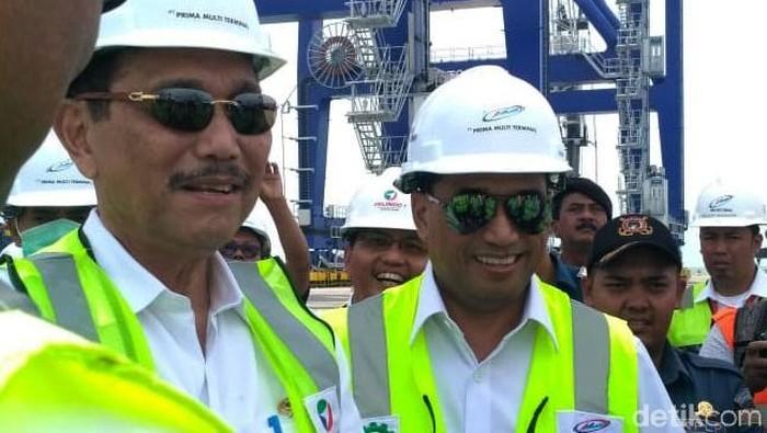 Menko Maritim Luhut Binsar Pandjaitan meninjau Pelabuhan Kuala Tanjung di Sumatera Utara. Tak sendiri, Luhut didampingi Menhub Budi Karya Sumadi.
