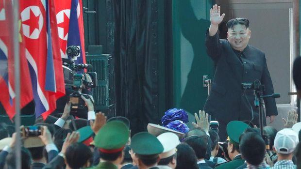 Kim Jong-Un melambaikan tangannya sebelum pulang ke Korut