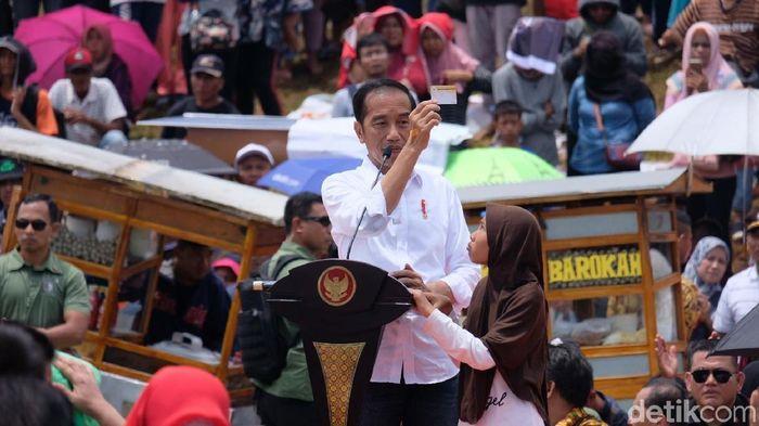 Foto: Jokowi pamerkan 3 kartu sakti di Bekasi (Dhika-detikcom)