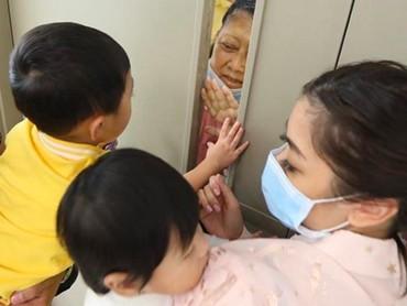 Aliya mengunggah momen pertemuan nenek dan ketiga cucunya ini di akun Instagram pribadinya. Lihat, rindu mendalam terasa banget, Bun, dalam pertemuan nenek dan tiga cucunya ini. (Foto: Instagram/@ruby_26)