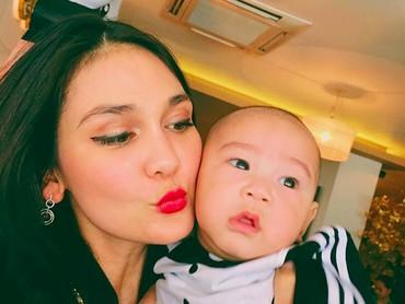 Hayo, Bunda bisa tebak tidak siapa bayi laki-laki yang sedang digendong Luna Maya ini? (Foto: Instagram @Lunamaya)