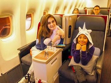 Naik pesawat bercua bersama gadis cilik bisa menciptakan kebahagiaan tersendiri lho buat Luna Maya. (Foto: Instagram @Lunamaya)