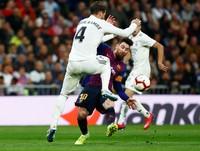 Laga El Clasico memang selalu panas. Namun ada momen unik di edisi terakhir El Clasico yang jadi viral di media sosial, yaitu saat pramugari cantik Emirates menyambut kedatangan pemain Real Madrid di Santiago Bernabeu. (Juan Medina/Reuters)