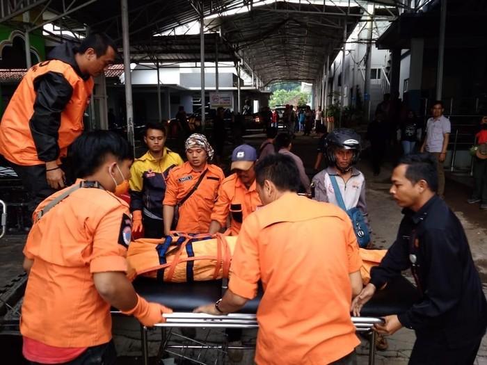Tim SAR membawa jasad pendaki yang tewas Gunung Tampomas Sumedang. (Foto: dok.Basarnas Jabar)