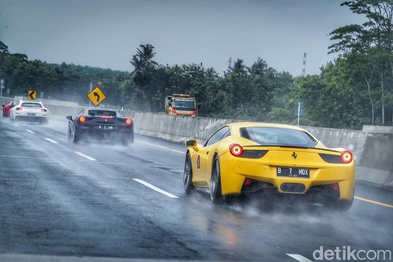 Geber Ferrari di jalan tol. Foto: Ferrari