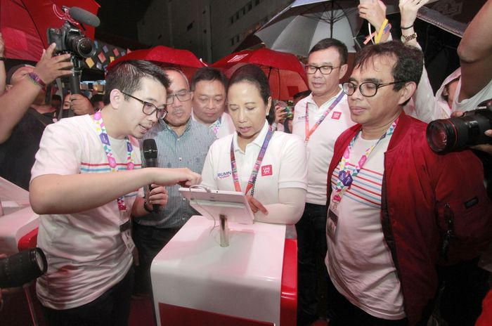 Beginilah ekspresi Menteri Rini saat mendengarkan penjelasan dan menjajal langsung aplikasi fintech besutan BUMN itu. Foto: dok. LinkAja