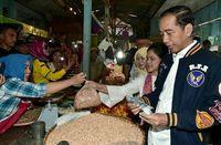 Blusukan Ke Dua Pasar, Jokowi dan Iriana Belanja Telur Hingga Durian