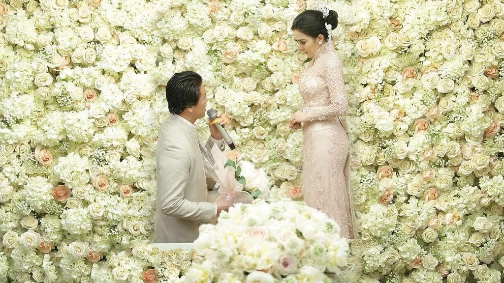 Dekor Lamaran Syahrini-Reino Barack Mirip Pernikahan Kim Kardashian