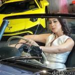 Rani Sutari, Si Cantik Penyuka Mobil Mewah Klasik