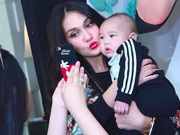 Bayi ini adalah Rafathar, Bun! Anak Raffi dan Nagita. Sekarang bayi di foto tersebut sudah beranjak besar, he-he-he. (Foto: Instagram @Lunamaya)