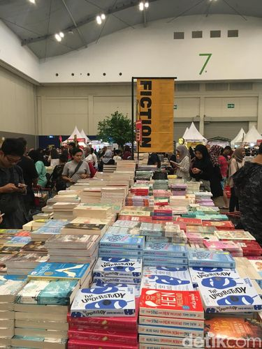 Area buku fiksi di Big Bad Wolf 2019.