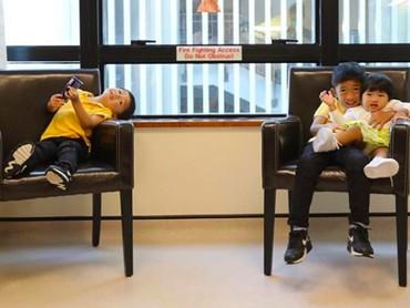 Sabtu (2/3), Ani Yudhoyono yang kini sedang menjalani perawatan karena kanker darah yang diidapnya kedatangan tiga tamu kecil istimewa. Mereka adalah anak Ibas dan Aliya yaitu Airlangga, Sakti, dan si bungsu Gaia. (Foto: Instagram/@ruby_26)