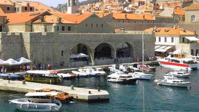 Di Kroasia tepatnya di Kota Tua Dubrovnik, ada pelabuhan tua yang menjadi salah satu daya tarik pariwisata.