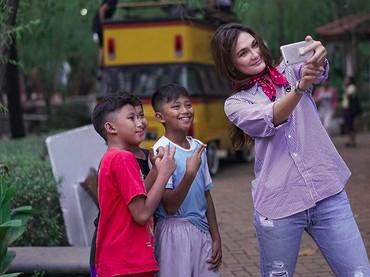 Kalau lihat foto-foto Luna dan anak-anak ini, gimana, Bun? Luna sudah cocok jadi ibu? (Foto: Instagram @Lunamaya)