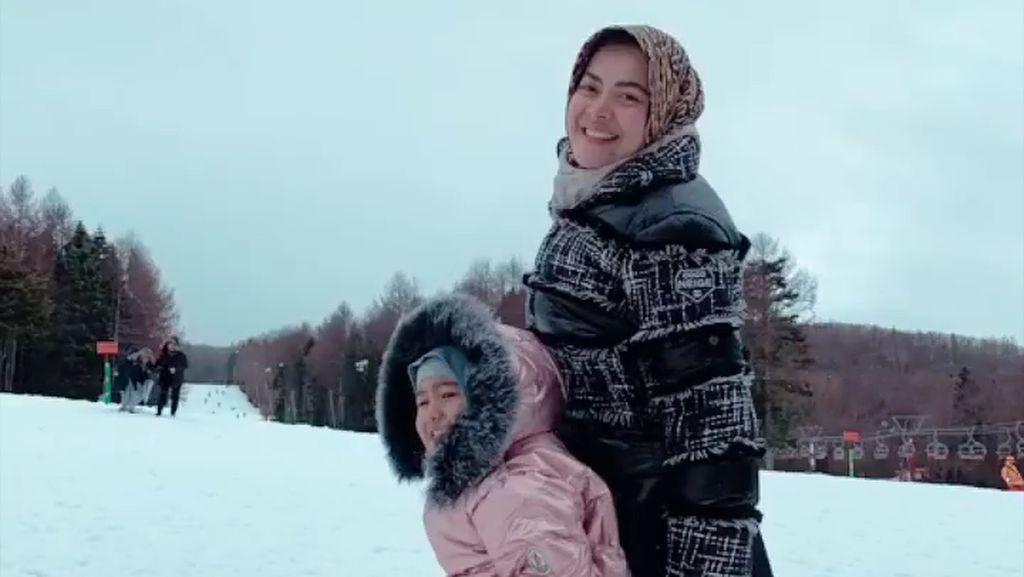 Usai Pernikahan Syahreino, Aisyahrani Main Salju Bareng Keluarga di Jepang