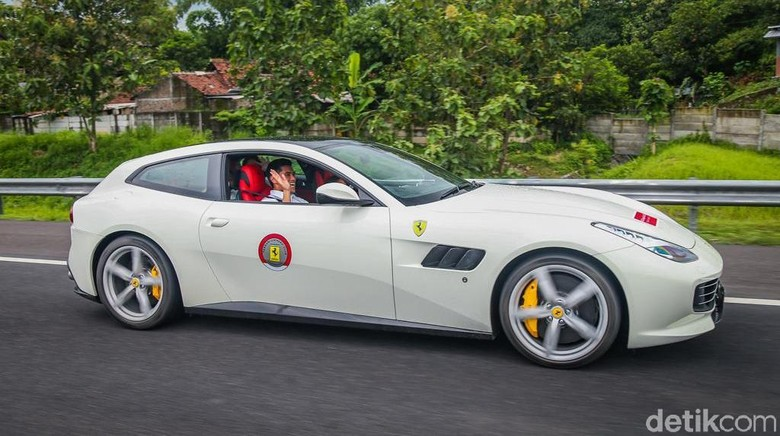 Indraguna Sutowo mengendarai Ferrari GTC4Lusso T dalam FOCI Trans Java Tour 2019 (Foto: Ferrari Jakarta)