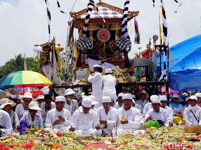 Upacara Melasti jelang Hari Raya Nyepi di Bali. (Foto: Aditya Mardiastuti)