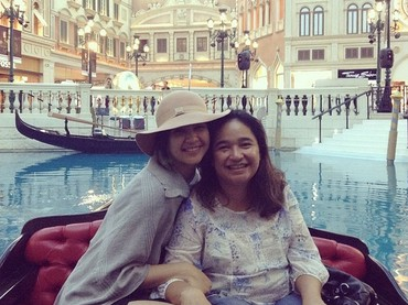 Semasa hidupnya, sang ibunda sering liburan dengan Mikha Tambayong ke luar negeri. (Foto: Instagram/miktambayong)