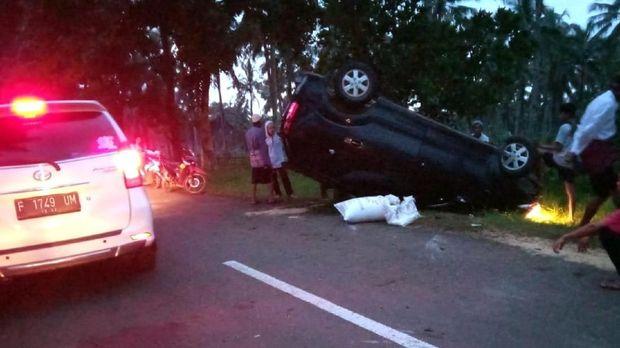 Panik Dikejar Korban, Mobil Pencuri Padi Terguling di Sukabumi