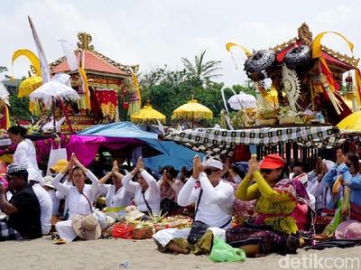 Video Orang Ambil Sesajen Uang Saat Melasti di Bali Jadi Viral