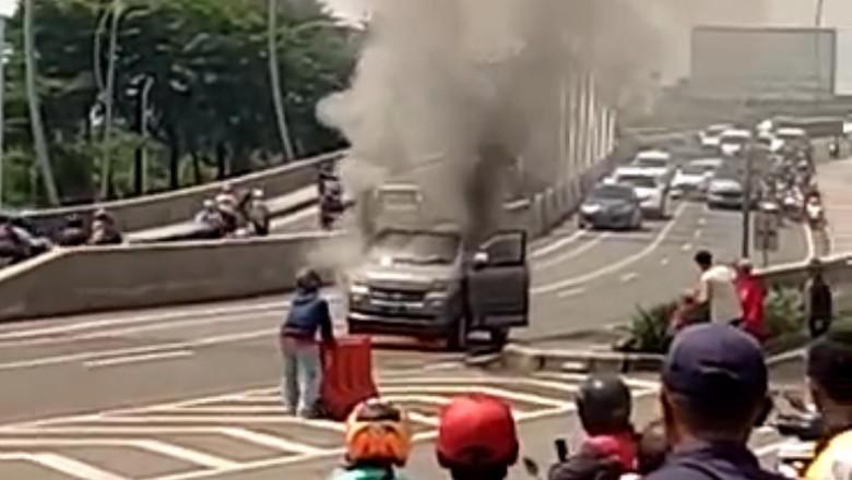 Mobil terbakar Foto: Mobil terbakar di flyover Summarecon, Bekasi (Isal Mawardi-detikcom)