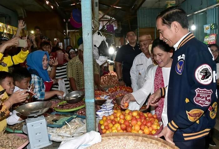 Mampir ke Pasar Sentral di Kota Gorontalo, Presiden Jokowi dan Ibu Iriana terlihat sedang berbelanja bahan makanan. Foto: Instagaram @jokowipedia