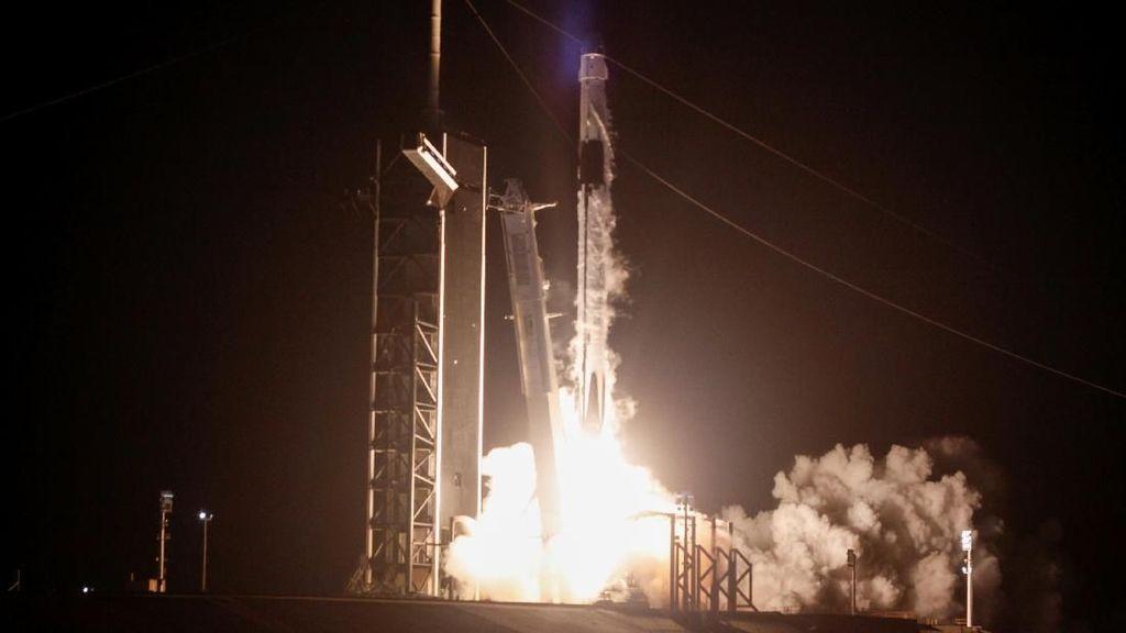 SpaceX Ledakkan Roket dalam Uji Coba Sistem Darurat
