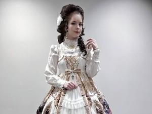 Seperti Datang dari Masa Lalu, Wanita Ini Tampil Bak Lolita Setiap Hari