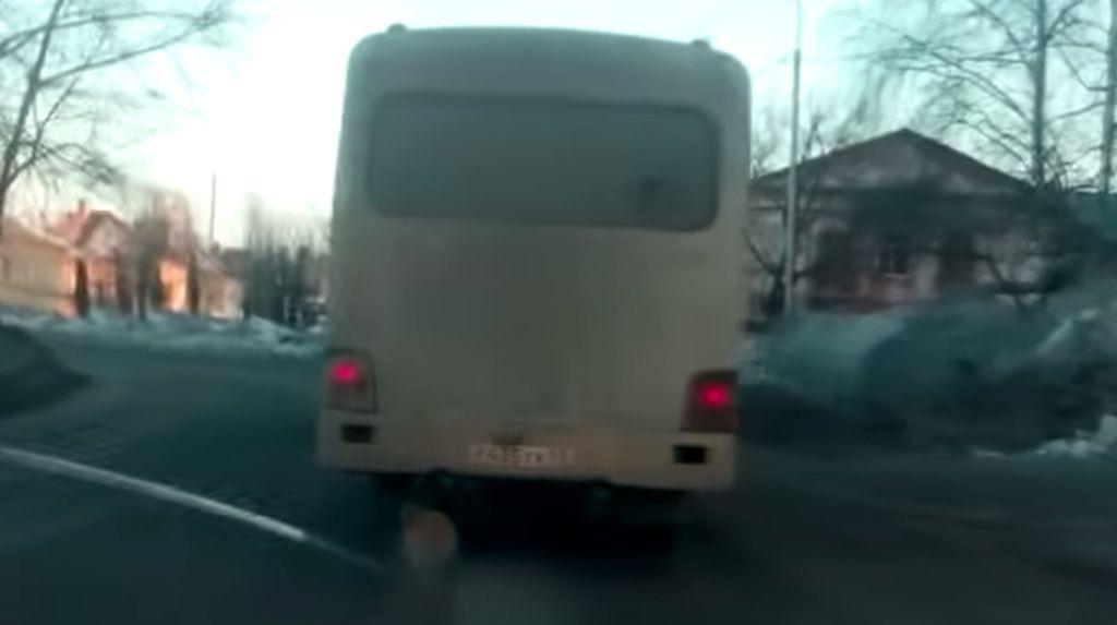 Bus Nekat! Melaju Tanpa Satu Ban Hanya Diganjal Batang Kayu