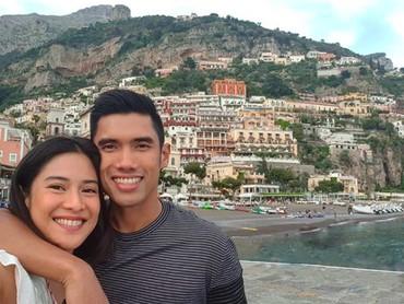 Dian dan Indra merupakan salah satu pasangan yang senang liburan ke beberapa negara. Kali ini, mereka sedang mengunjungi Italia, Bun. (Foto: Instagram @therealdisastr)