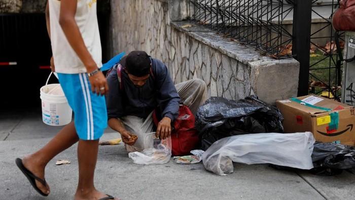 Krisis yang terjadi di Venezuela masih terus berlangsung. Kesulitan pangan membuat warga harus bertahan hidup dengan mencari makan di tempat sampah.
