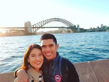 Selain ke negara-negara Eropa, Dian dan Indra juga menghabiskan waktu liburan ke Australia. Dian dan suaminya berkunjung ke Sidney Opera House. (Foto: Instagram @therealdisastr)